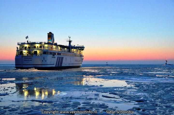 Veerboot Friesland in dik ijs Terschelling