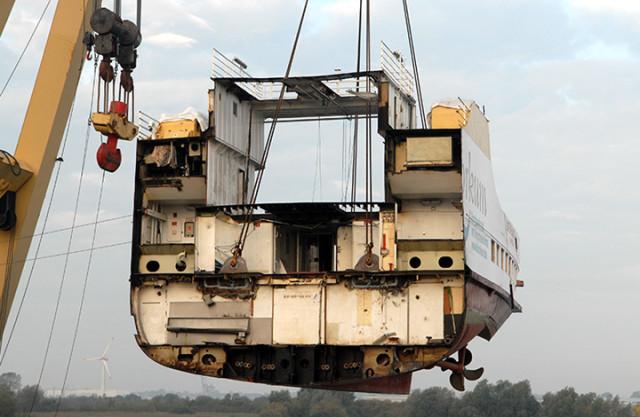 Het oude achterschip van de Ostfriesland wordt  verwijderd.