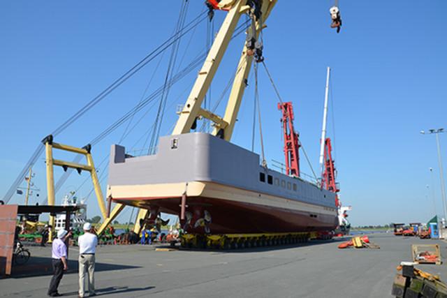 Het nieuwe achterschip voor de Ostfriesland. De LNG-motoren staan er al in.