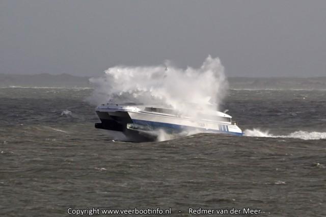 De Tiger in storm, hoge golven naar Vlieland
