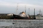 Sleepboot Holland met ijs in Harlingen